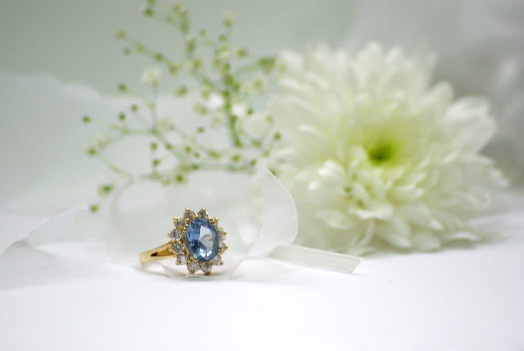 Výběr zásnubního prstenu - barevný diamant osazený menšími kameny