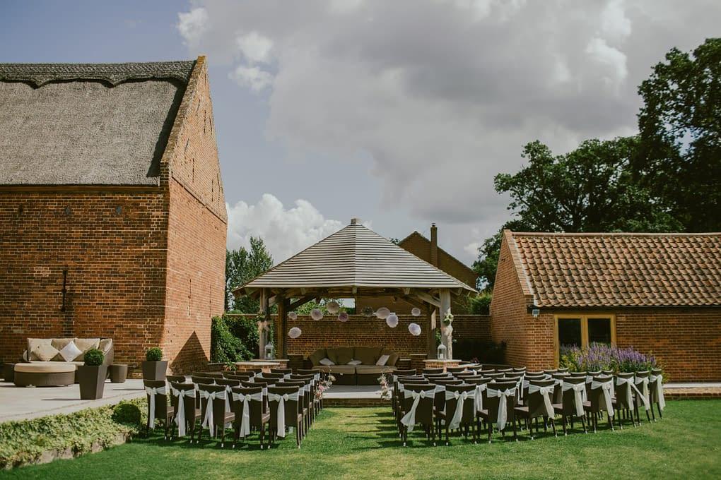 Svatba v rustikálním stylu znamená často venkovní obřad