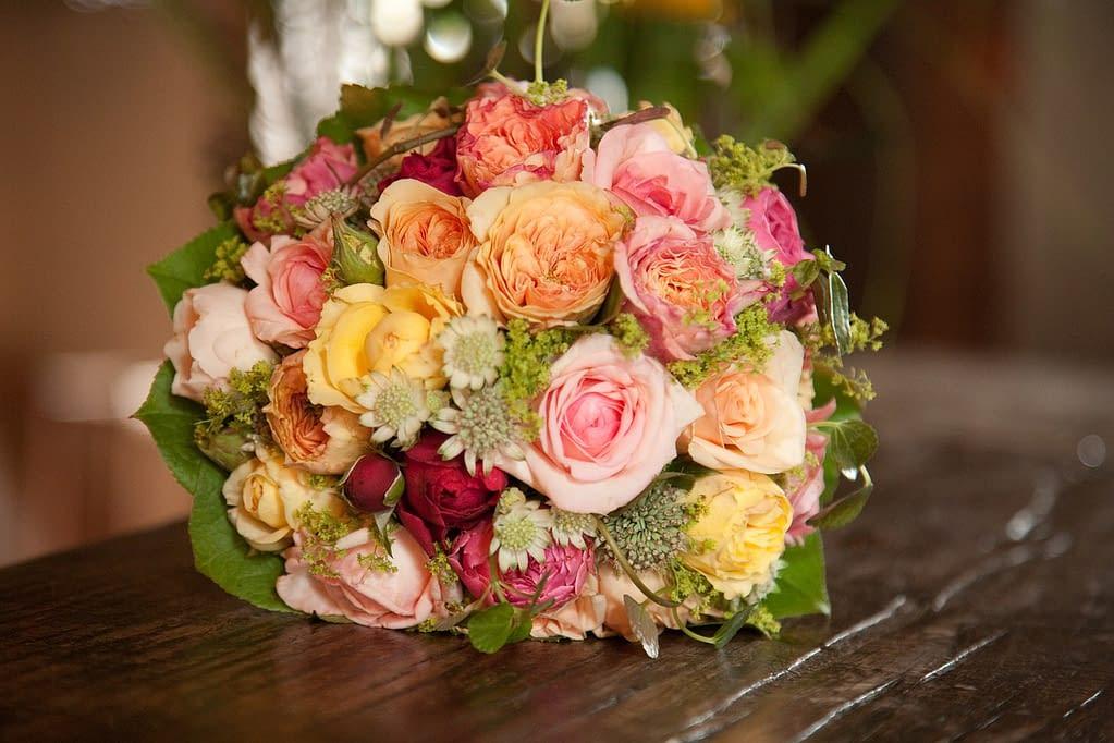 kulatá svatební kytice s růžemi
