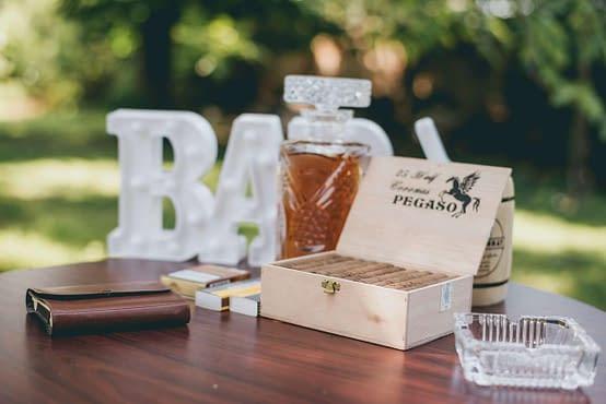 Pánský bar na svatbě s doutníky