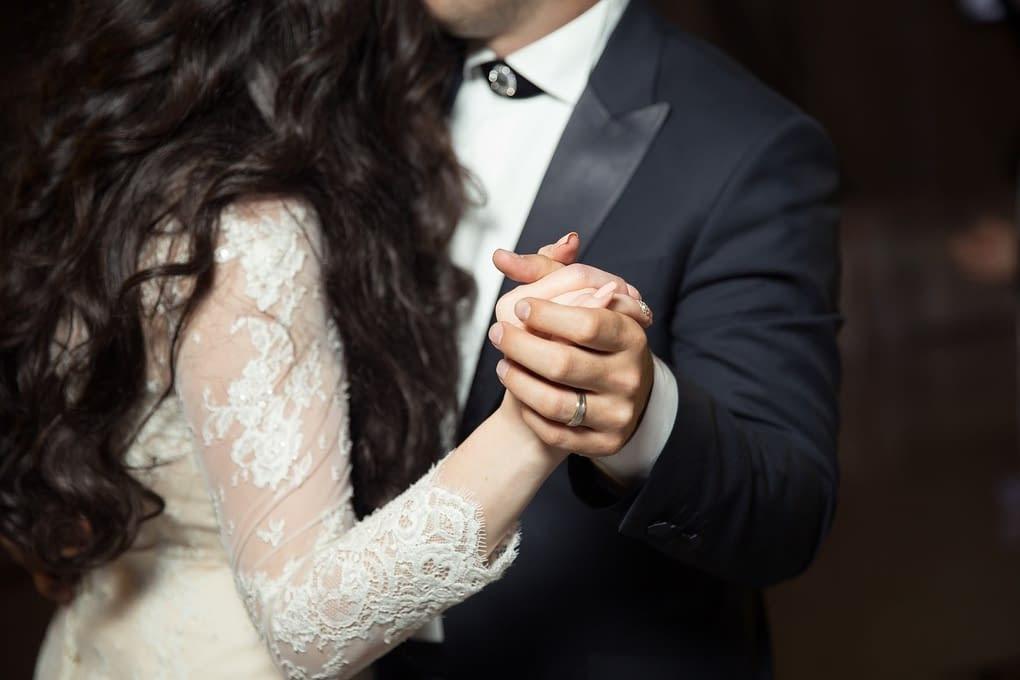 První tanec ženicha a nevěsty na svatbě