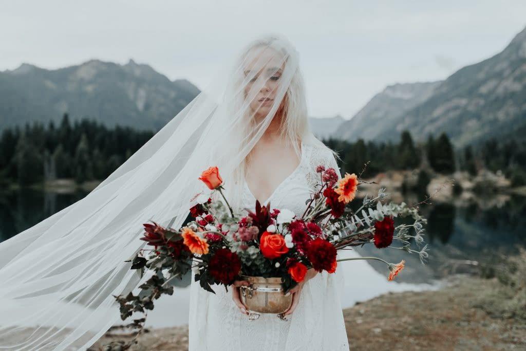 Ke svatbě na horách se výborně hodí kombinace klasické bílé a červené barvy
