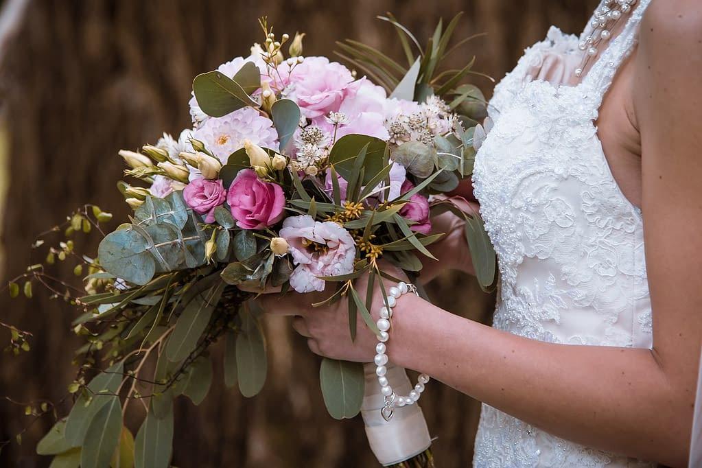 svatební kytice v rukou nevěsty