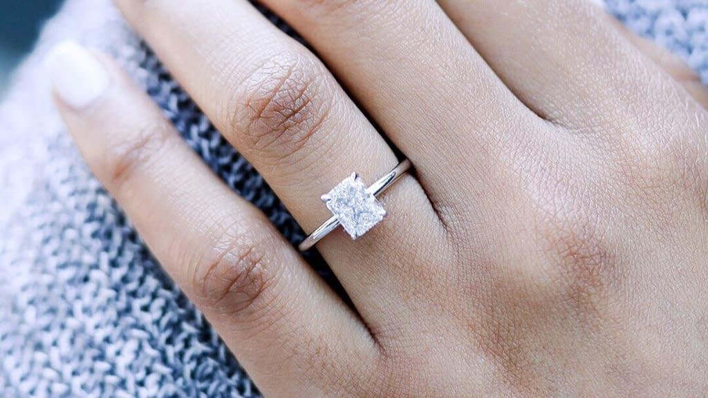 Zásnubní prsten s diamantem, briliantem nebo zirkonem?