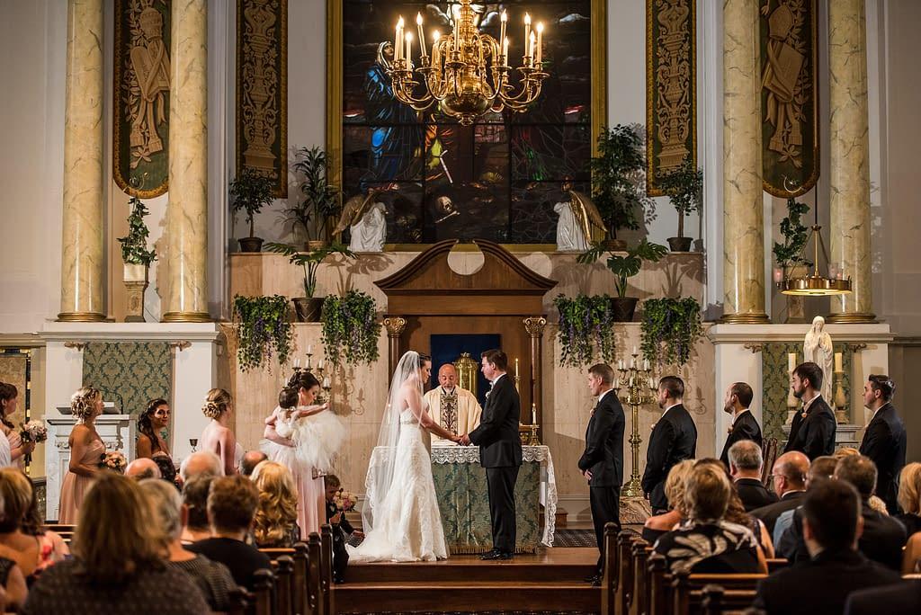 svatba probíhající v kostele