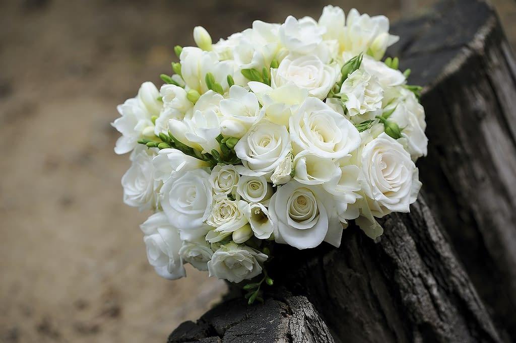 bílé růže ve svatební kytici