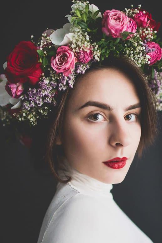 make up na svatbu a čelenka