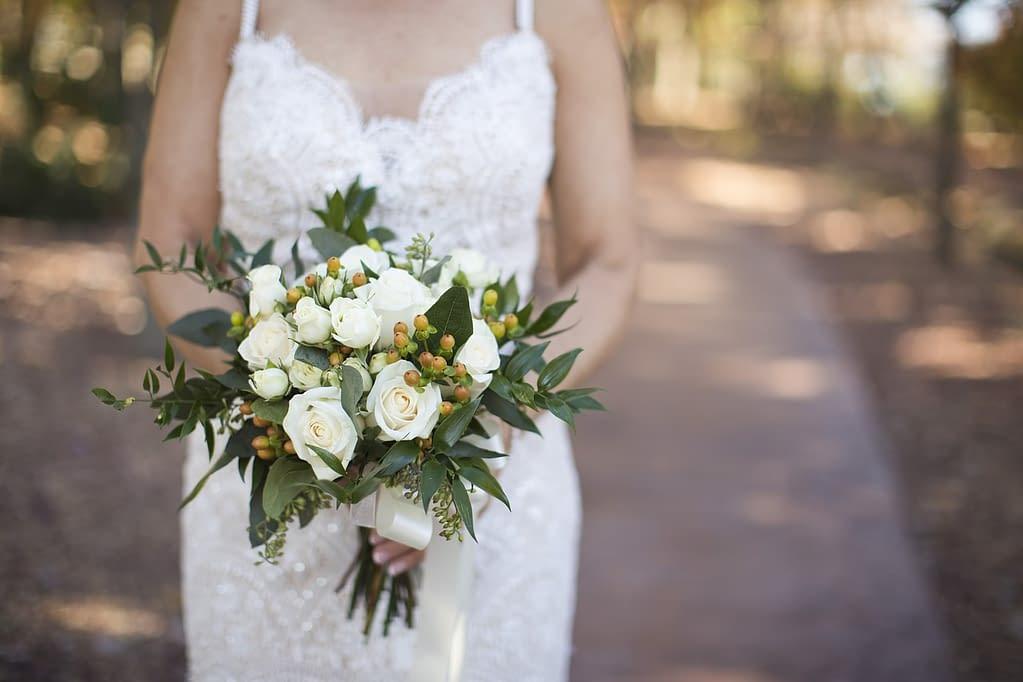 svatební kytice bílé růzě